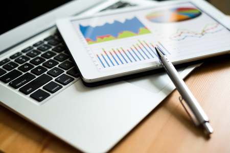 tableta: Obchod analytický s tablet PC a notebooku Reklamní fotografie