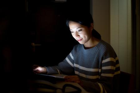 L'utilisation de la Femme de Tablet PC à la maison