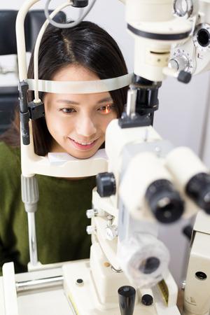 prueba de vision: Mujer que hace la prueba de la visión en el ojo