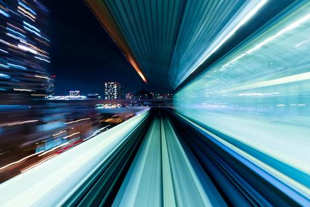 Motion blur du train en mouvement à l'intérieur de tunnel
