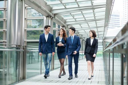 Gruppe Geschäftsleute, die miteinander reden Standard-Bild - 55653347
