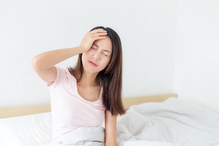 自宅のベッドで病気の女性 写真素材