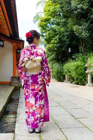Achteraanzicht van Vrouw die kimono in Kyoto draagt