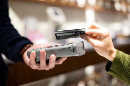 NFC 技術のクレジット カードを支払う顧客 写真素材