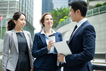 Business-Leute, die miteinander zu reden
