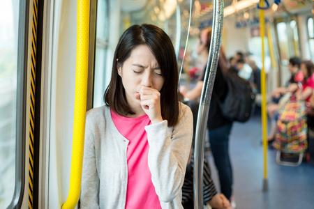 咳に苦しむ女性