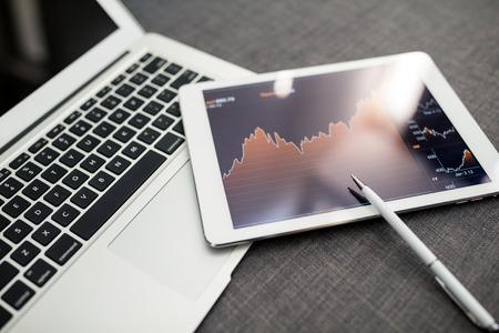태블릿 pc와 증권 거래소 사무실 스톡 콘텐츠