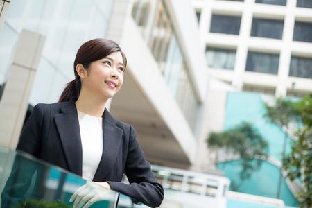 lejos: Empresaria que mira lejos