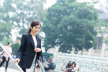 bajando escaleras: Mujer de negocios caminando por la escalera Foto de archivo