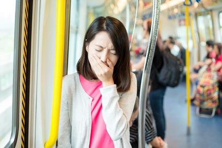 女性は列車コンパートメントで病気になって