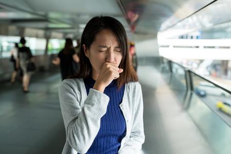 Vrouw hoest bij openlucht Stockfoto