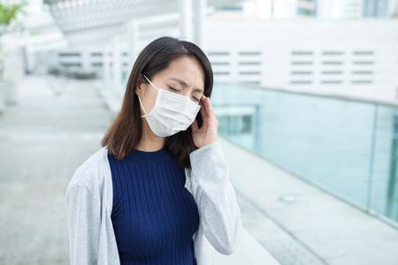transmissible: Woman suffer form headache