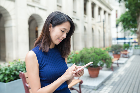 La mujer asiática con teléfono inteligente Foto de archivo