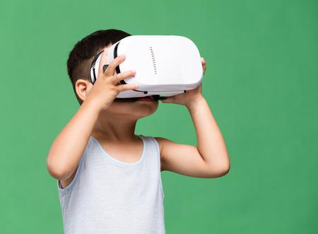 Asijské chlapec pozoroval ačkoli VR zařízení Reklamní fotografie