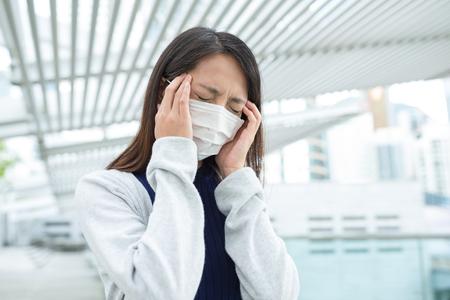 transmissible: Woman feeling headache