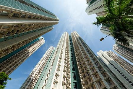 Edificio alto hacia el cielo