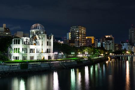 bombe atomique: Atomic bomb dome in Hiroshima Japan at night