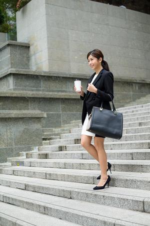 bajando escaleras: dejando la oficina empresaria