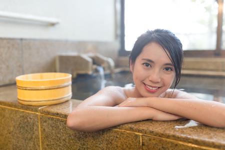 Mujer en aguas termales Foto de archivo