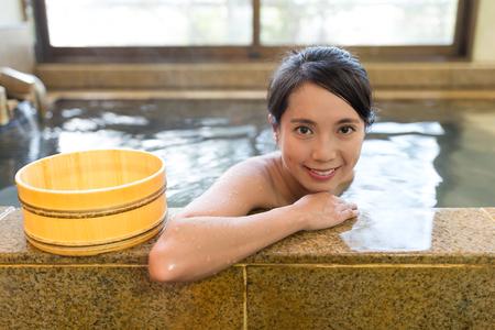 여자는 그녀의 목욕을 즐길 수 있습니다. 스톡 콘텐츠