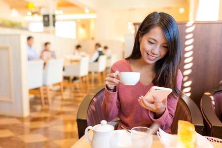 Vrouw geniet van haar koffie in de ochtend Stockfoto - 73439040