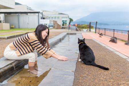 고양이와 놀고 발 온천을하는 여자