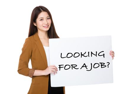 Zakenvrouw houden met palcard en presenteren zin van het zoeken naar een baan