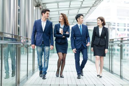Gruppe Geschäftsleute, miteinander zu reden Standard-Bild - 80597417