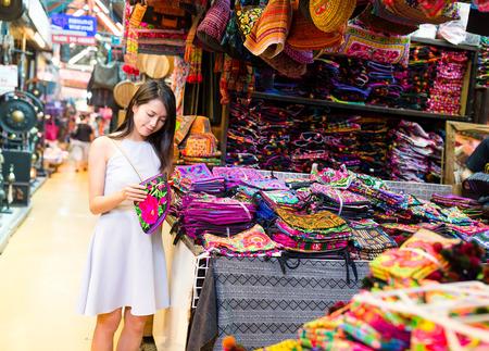 Young Woman shopping in weekend market Foto de archivo