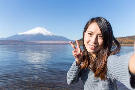 Jonge vrouw reizen in Fuji en nemen selfie