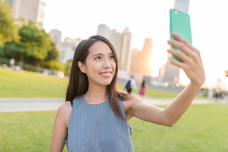 Vrouw die foto neemt zelf in Hong Kong