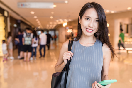 Vrouw in winkelcentrum Stockfoto