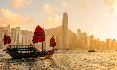 Chinese wooden red sails ship in Hong Kong Victoria harbor at sunset time 新聞圖片