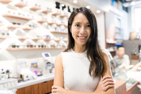 光店で中小企業を持つ若い女性 写真素材