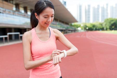 Femme de sport à l'aide de la montre intelligente portable Banque d'images - 84616385
