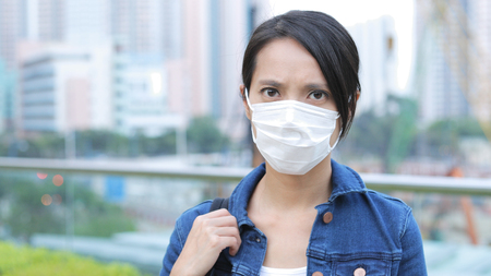 Woman wearing face mask in the city  Stockfoto