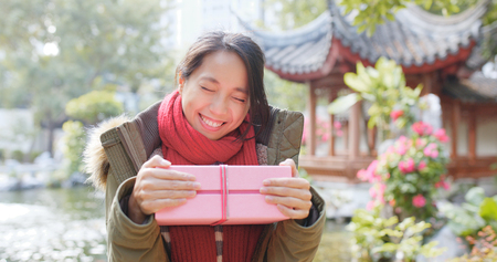Happy woman receiving a gift box in china  Banque d'images