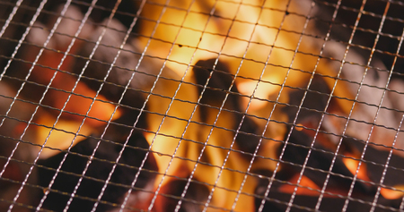 Charcoal fire with metal net 写真素材 - 96315418