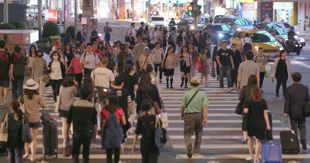 Taipei City, Taiwan, 28 May 2018:- People crossing the road in Taipei city 에디토리얼