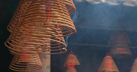 Tai Po, Hongkong, 12. April 2018: - Hongkong Man mo Tempel mit brennendem Weihrauchring