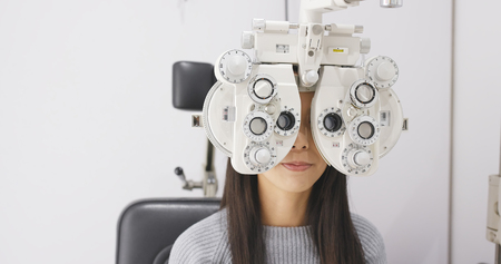 Asiatische Frau macht Sehtest in Klinik