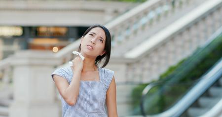 Vrouw voelt zich zo heet op straat Stockfoto