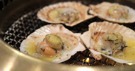 Scallop on metal net barbecue in restaurant 스톡 콘텐츠