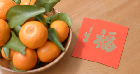 Mandarin orange for lunar new year with red packet, chinese word means luck Stockfoto
