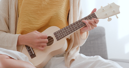 Woman playing ukulele Standard-Bild