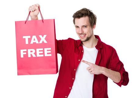 Szczęśliwy mężczyzna zakupów z papierem i pokazujący wolne od podatku
