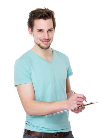 Hombre caucásico escribir en portapapeles
