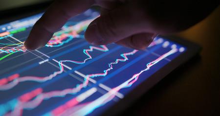 Gráfico de datos del mercado de valores en tableta