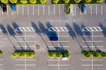 Top-down van parkeerplaats bij buiten Stockfoto