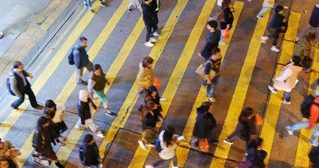 Mong Kok, Hongkong -13. Dezember 2018: Blick von oben auf die Menschen überqueren die Straße